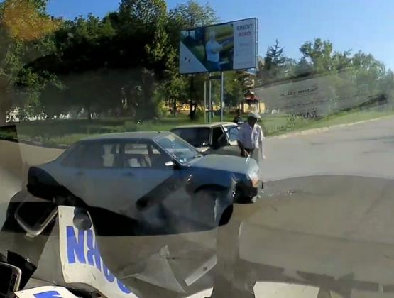 Авария в Кагуле: Два автомобиля столкнулись возле больницы / ВИДЕО