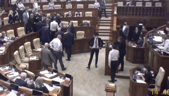 """Скандал в парламенте: премьера освистали и назвали """"лжецом"""""""