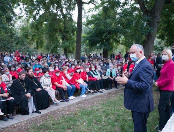 В разгар пандемии сотни людей пришли на предвыборную встречу с Додоном в Вулканештах