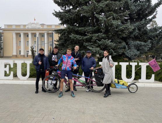 Больной раком британец, путешествующий по миру на велосипеде, посетил Кагул / ВИДЕО
