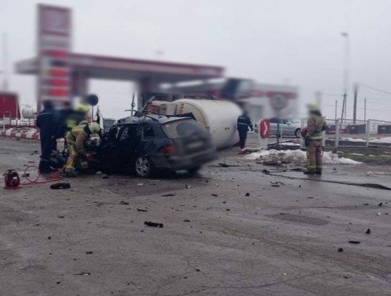 В Вулканештах легковушка врезалась в газовоз, 18-летний водитель погиб