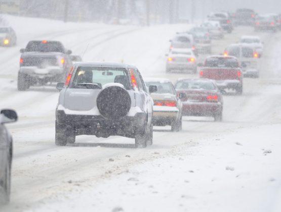 Дорожные службы ведут борьбу с гололёдом на трассах