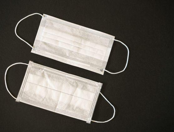 Американцев призвали носить две маски для защиты от COVID-19