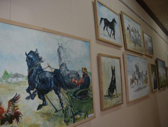 В Тараклии открылась выставка картин лошадей