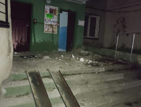 «Чудом остались живы». Бетонная плита упала с 16-го этажа жилого дома в Кишиневе