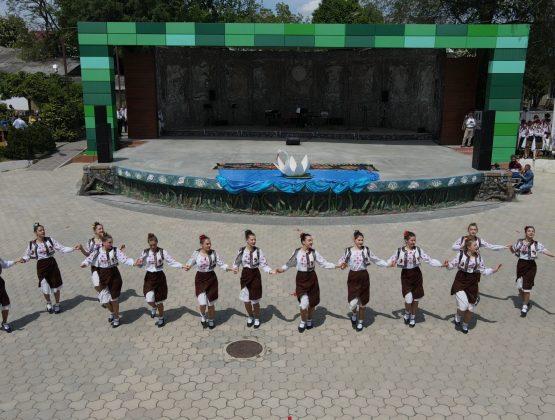 Танцевальные коллективы Кагула возобновили традиционную Хору / ФОТО