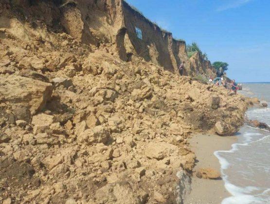 На пляже в Одесской области случился оползень. Под землей могут находиться люди.