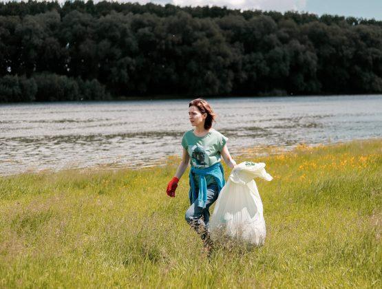 В Международный день окружающей среды Майя Санду и команда президента собирали мусор на берегу Днестра