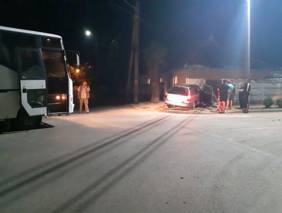 В Кагуле автомобиль протаранил стену дома из-за столкновения с автобусом