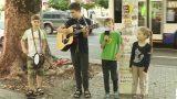 Песнями на улице зарабатывают деньги на мечту